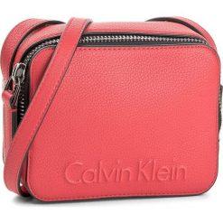 Torebka CALVIN KLEIN BLACK LABEL - Edge Small Crossbody K60K604004  703. Czarne listonoszki damskie marki Calvin Klein Black Label. Za 349,00 zł.