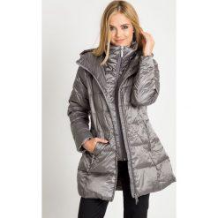 Puchowa stalowa kurtka z wysokim kołnierzem QUIOSQUE. Szare kurtki damskie pikowane marki QUIOSQUE, na zimę, z puchu. W wyprzedaży za 349,99 zł.