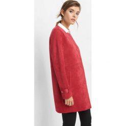 Płaszcz z zamszu ekologicznego. Czerwone płaszcze damskie pastelowe Orsay, z elastanu, eleganckie. W wyprzedaży za 160,00 zł.