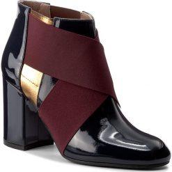 Botki POLLINI - SA21128G14TCJ752 Vern. Notte/Qu Mo. Czerwone buty zimowe damskie Pollini, z lakierowanej skóry, na obcasie. W wyprzedaży za 919,00 zł.