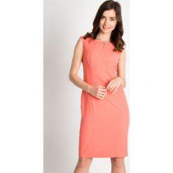 Koralowa sukienka z ozdobnym dekoltem QUIOSQUE. Pomarańczowe sukienki QUIOSQUE, do pracy, l, biznesowe, z kopertowym dekoltem, bez rękawów, kopertowe. W wyprzedaży za 69,99 zł.