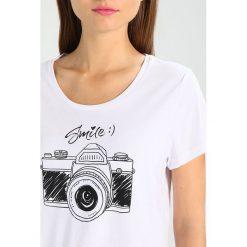 T-shirty damskie: Kaffe SMILE Tshirt z nadrukiem optical white