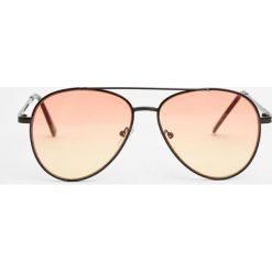 Okulary przeciwsłoneczne typu aviator z pomarańczowymi szkłami. Brązowe okulary przeciwsłoneczne damskie aviatory Pull&Bear. Za 49,90 zł.