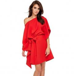 Czerwona Luźna Asymetryczna Sukienka z Wiązanym Paskiem. Czerwone sukienki asymetryczne marki House, l, z napisami, sportowe. Za 188,90 zł.