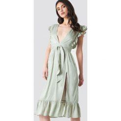 Linn Ahlborg x NA-KD Sukienka z głębokim dekoltem V - Green. Zielone sukienki mini Linn Ahlborg x NA-KD, dekolt w kształcie v, z krótkim rękawem. Za 161,95 zł.