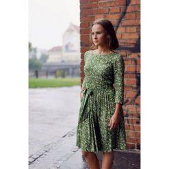 Sukienki hiszpanki: Sukienka Melia zielona w kwiatki (petite) 32