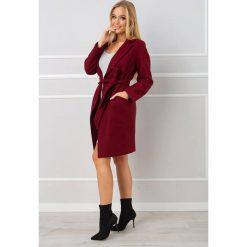 Płaszcz wiązany paskiem halie. Szare płaszcze damskie marki QUIOSQUE, uniwersalny, w paski, eleganckie. W wyprzedaży za 209,00 zł.