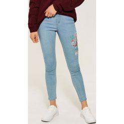 Jeansy skinny z kwiatowym haftem - Niebieski. Niebieskie rurki damskie House, z haftami, z jeansu. Za 69,99 zł.