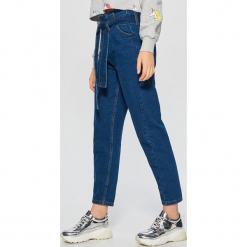 Jeansy high waist z wiązaniem - Granatowy. Niebieskie spodnie z wysokim stanem marki Cropp, z jeansu. Za 119,99 zł.