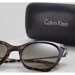 Calvin Klein Okulary przeciwsłoneczne tortoise. Brązowe okulary przeciwsłoneczne damskie marki Calvin Klein. W wyprzedaży za 499,00 zł.