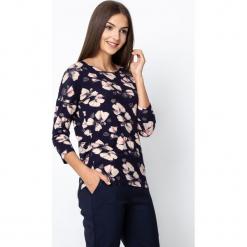 Granatowa bluzka w różowe kwiaty QUIOSQUE. Czarne bluzki z odkrytymi ramionami marki bonprix, w kwiaty, z dekoltem w serek. Za 119,99 zł.