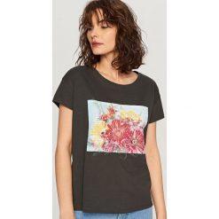 T-shirt z kwiatowym motywem - Szary. Szare t-shirty damskie Reserved, l. Za 29,99 zł.
