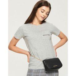 Bawełniany t-shirt z kieszenią - Jasny szar. Szare t-shirty damskie marki Sinsay, l, z bawełny. W wyprzedaży za 14,99 zł.