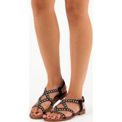 SLOANE casualowe płaskie sandały. Czarne rzymianki damskie SMALL SWAN, na płaskiej podeszwie. Za 49,99 zł.