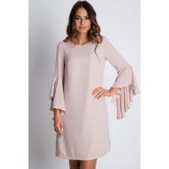 Pudrowa sukienka z rozkloszowanymi rękawami  BIALCON. Brązowe sukienki balowe marki Mohito, l, z kopertowym dekoltem, kopertowe. Za 345,00 zł.