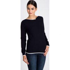 Granatowy sweter z białą lamówką QUIOSQUE. Białe swetry klasyczne damskie marki QUIOSQUE, z dzianiny, z kokardą. W wyprzedaży za 49,99 zł.