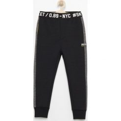 Dresy chłopięce: Spodnie dresowe z dzianiny strukturalnej – Czarny