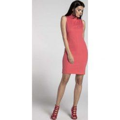 Malinowa Dopasowana Krótka Sukienka z Półgolfem. Różowe sukienki mini marki numoco, l, z dekoltem w łódkę, oversize. W wyprzedaży za 106,86 zł.