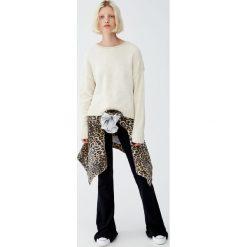 Szenilowy sweter z okrągłym dekoltem. Szare swetry klasyczne damskie Pull&Bear, z okrągłym kołnierzem. Za 79,90 zł.