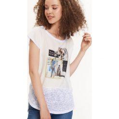 BLUZKA KRÓTKI RĘKAW. Czarne bluzki asymetryczne marki bonprix, z nadrukiem, z dekoltem w serek, na ramiączkach. Za 29,99 zł.