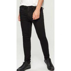 Jeansy skinny - Czarny. Czarne jeansy męskie skinny marki Reserved. W wyprzedaży za 69,99 zł.