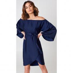 NA-KD Sukienka z odkrytymi ramionami - Navy. Niebieskie długie sukienki marki NA-KD, z poliesteru, z długim rękawem, z odkrytymi ramionami. Za 161,95 zł.