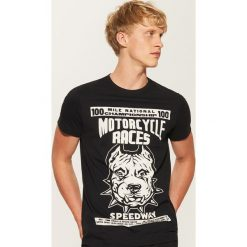 T-shirt z nadrukiem Motorcycle races - Czarny. Czarne t-shirty męskie z nadrukiem marki B'TWIN, na jesień, m, z elastanu. Za 29,99 zł.