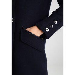 Mint Velvet MILITARY BUTTON DETAIL Krótki płaszcz navy. Niebieskie płaszcze damskie wełniane marki Mint Velvet. W wyprzedaży za 598,95 zł.