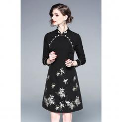 Sukienka w kolorze czarnym. Sukienki małe czarne marki Zeraco, z dekoltem na plecach, proste. W wyprzedaży za 339,95 zł.