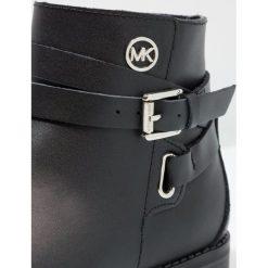 Michael Kors ZIAEMMMA KANE Botki kowbojki i motocyklowe black. Czarne buty zimowe damskie Michael Kors, z materiału. W wyprzedaży za 294,50 zł.