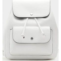Plecaki damskie: Biały plecak w miejskim stylu z kieszenią