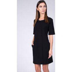 Sukienki balowe: Czarna sukienka z plisą QUIOSQUE