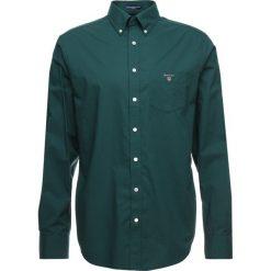 GANT THE BROADCLOTH Koszula june bug green. Zielone koszule męskie GANT, m, z bawełny. Za 379,00 zł.