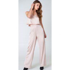 Spodnie z wysokim stanem: Hannalicious x NA-KD Błyszczące szerokie spodnie – Pink