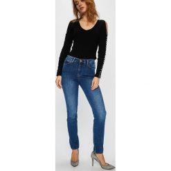 Guess Jeans - Jeansy 1981. Niebieskie boyfriendy damskie Guess Jeans, z aplikacjami, z bawełny, z podwyższonym stanem. Za 369,90 zł.