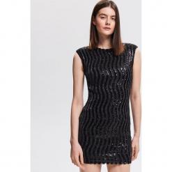 Dopasowana sukienka z cekinami - Czarny. Czarne sukienki z falbanami marki Reserved, dopasowane. Za 249,99 zł.