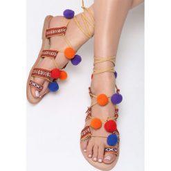 Beżowe Sandały Cocolina. Brązowe sandały damskie marki Born2be, w kolorowe wzory, z tkaniny, na płaskiej podeszwie. Za 99,99 zł.