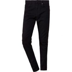 McQ Alexander McQueen MISMATCHED STRUMMER Jeansy Slim Fit darkest black. Czarne jeansy męskie relaxed fit McQ Alexander McQueen, z bawełny. Za 879,00 zł.