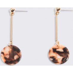 Kolczyki damskie: NA-KD Accessories Okrągłe wiszące kolczyki z żywicy – Pink,Multicolor,Gold