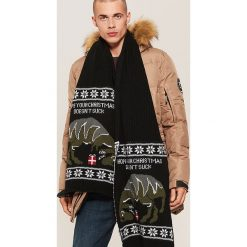 Szalik ze świątecznym motywem - Czarny. Czarne szaliki męskie marki WED'ZE, z materiału. Za 49,99 zł.