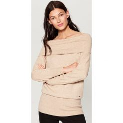 Sweter z odkrytymi ramionami - Beżowy. Czerwone swetry klasyczne damskie marki Mohito, z bawełny. Za 119,99 zł.