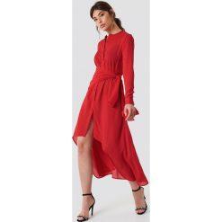 NA-KD Trend Asymetryczna sukienka z wiązaniem - Red. Białe długie sukienki marki NA-KD Trend, w paski, z poliesteru, z klasycznym kołnierzykiem. Za 202,95 zł.