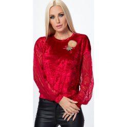 Bluzka z gniecionego weluru z broszką czerwona MP13009. Czerwone bluzki z odkrytymi ramionami Fasardi, l, z weluru. Za 44,00 zł.
