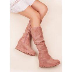 ZAMSZOWE KOZAKI NA KOTURNIE. Czarne buty zimowe damskie marki Born2be, z materiału, z okrągłym noskiem, na niskim obcasie, na koturnie. Za 79,90 zł.