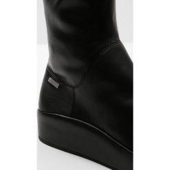 Calvin Klein HENRIETTA Muszkieterki black. Czarne buty zimowe damskie Calvin Klein, z materiału. W wyprzedaży za 510,95 zł.