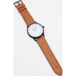 Zegarek ze sztucznej skóry z białą tarczą. Białe zegarki męskie Pull&Bear, sztuczne. Za 69,90 zł.