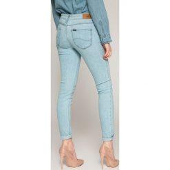Lee - Jeansy Scarlett. Niebieskie jeansy damskie rurki Lee, z bawełny. W wyprzedaży za 229,90 zł.