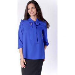 Kobieca Kobaltowa Bluzka z Dekoracyjnym Wiązaniem i Falbanką. Niebieskie bluzki nietoperze Molly.pl, l, biznesowe, z falbankami. W wyprzedaży za 130,11 zł.