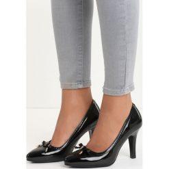 Czarne Czółenka Hencock. Czarne buty ślubne damskie Born2be, z lakierowanej skóry, z otwartym noskiem, na obcasie. Za 39,99 zł.