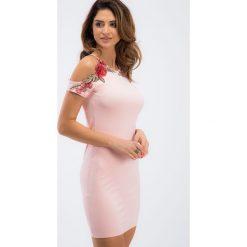 Jasnoróżowa dopasowana sukienka z haftami 6183. Szare sukienki Fasardi, l, z haftami, dopasowane. Za 59,00 zł.